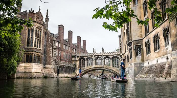 Punting langs de colleges in Cambridge bij The Bridge of Sighs