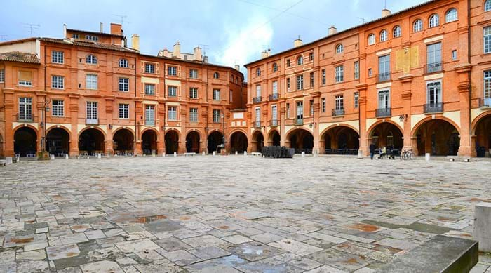 The Place Nationale in Montauban is a must-see destination with your pet